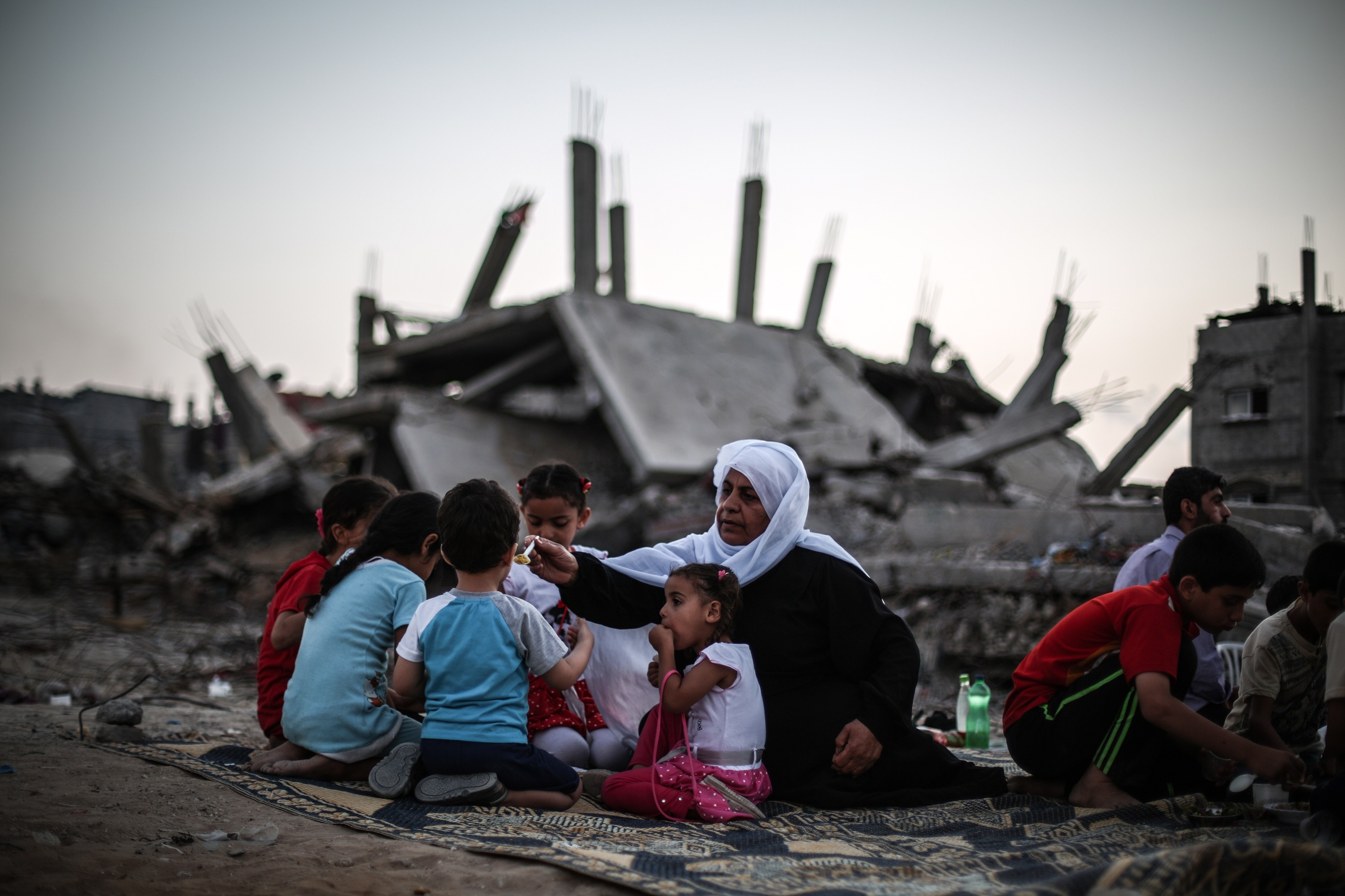 Sderot's Mizraḥi residents gather at dusk to watch bombings of Gaza Strip. Photo credit: Oren Ziv/ActiveStills, 2014.